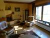 Wohnzimmer mit Blick auf den Kamin